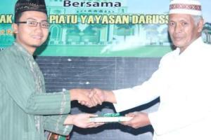 Penyerahan Al-Quranul Karim kepada Pimpinan Yayasan Darussalam